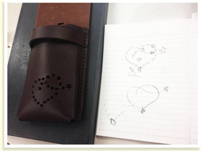接着すると、立体的に。先ほど下書きしていた方のスマートフォンケースが、こちら。下書き通りのハートと星のデザインが、とってもいい感じ。