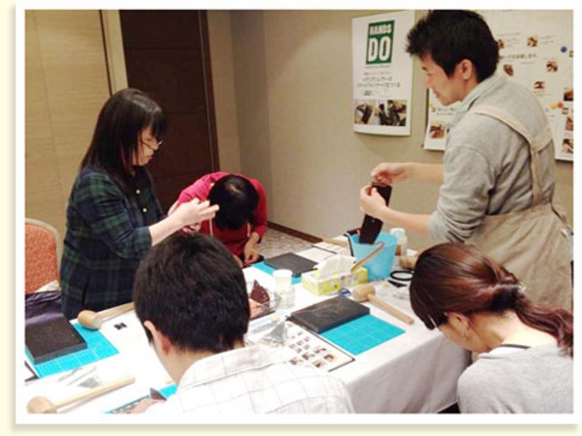 後半戦は接着した革をダブルステッチという方法で縫います。みなさん最初は、糸に針をつけるのに苦戦している様子。岡田さんによると、縫い方を覚えるとレザークラフトの幅がぐっと広がるとのこと!