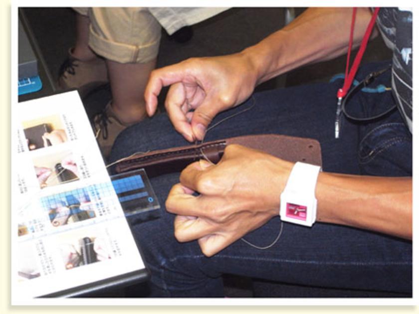 糸の両端に針をつけて、縫い穴に2本の針を同時に通して縫っていきます。小さい縫い穴の場合は片方の針を完全に通してから、もう片方の針を通す、といった縫い方がポイント。基本が分かったら作品に合わせて、縫い方を変えてみてください。