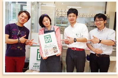 梅原亜也子さん(中央)と、薬香草園の館長の吉田進一さん(左)