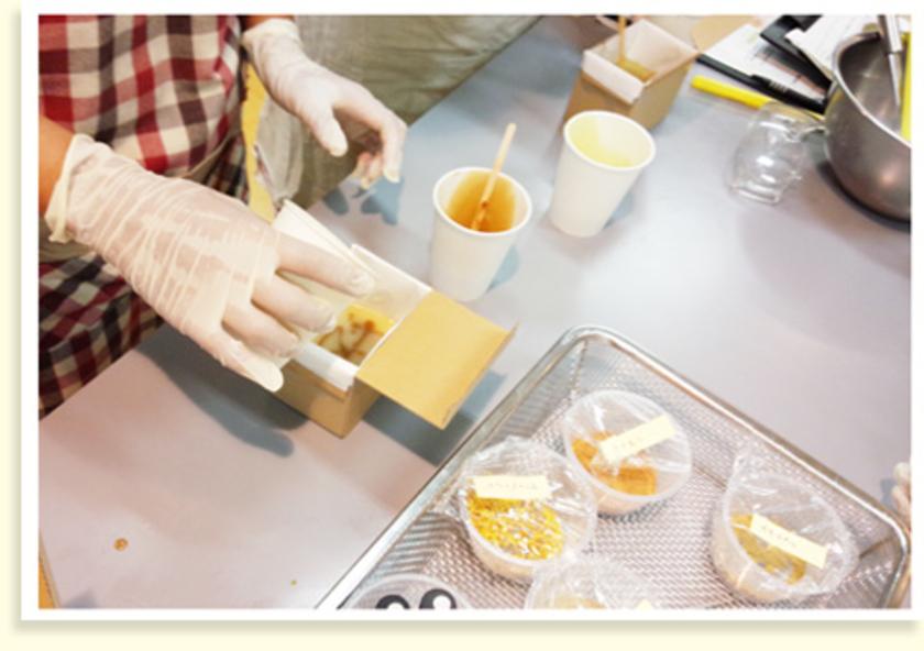 石けんの型に注いだら、シナモンやマリーゴールドを混ぜた生地を少しずつ、層になるように加えてマーブル模様をつくります。