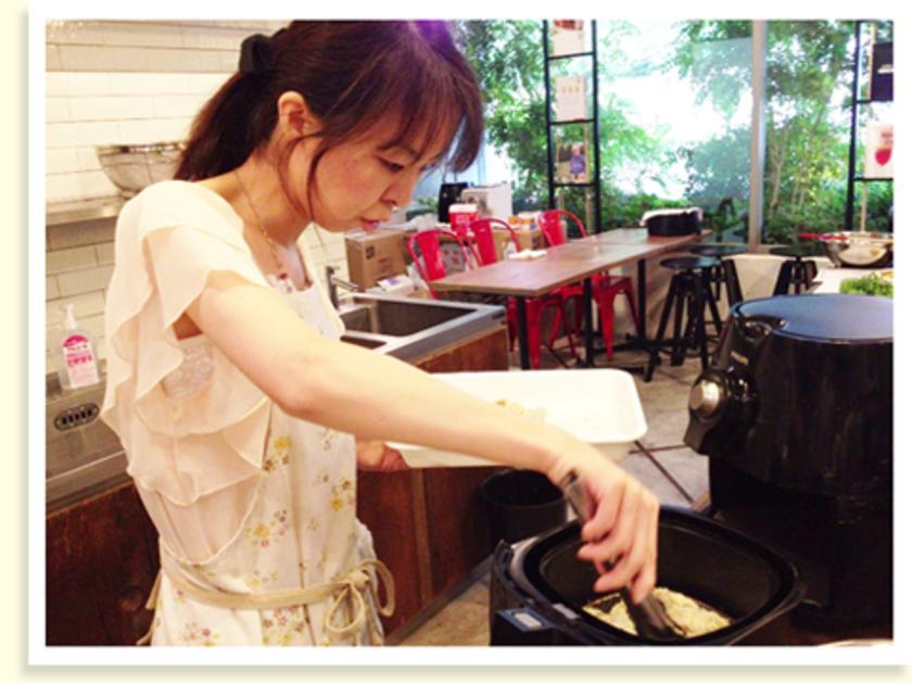 アジにハーブパン粉の衣をつけてノンフライヤーへ。180℃で5分間焼きます。