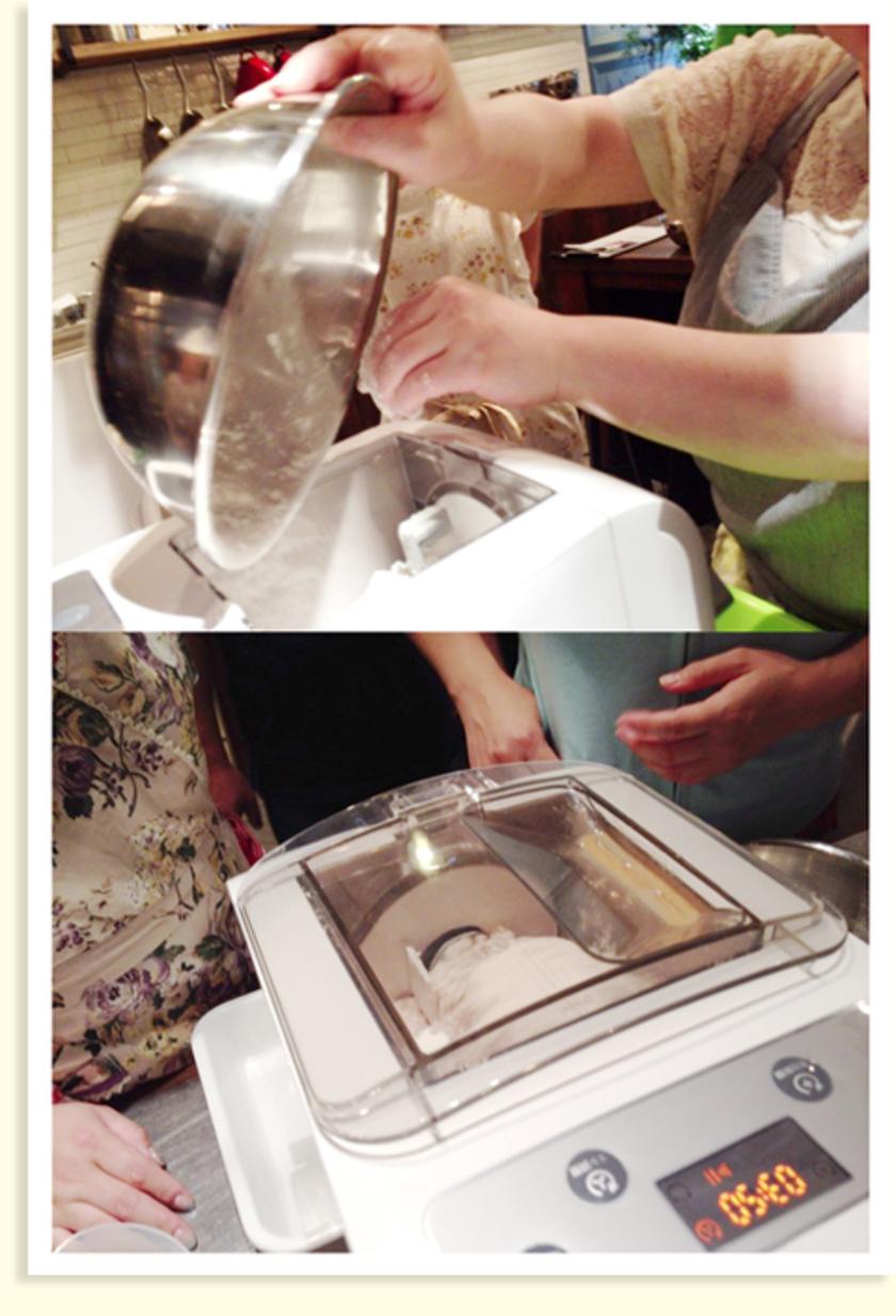 アジのハーブパン粉フライを焼いている間に、ヌードルメーカーでパスタをつくります。粉を入れてスイッチを押すだけ!麺を手でこねたり、寝かしたりしなくても大丈夫なんです。