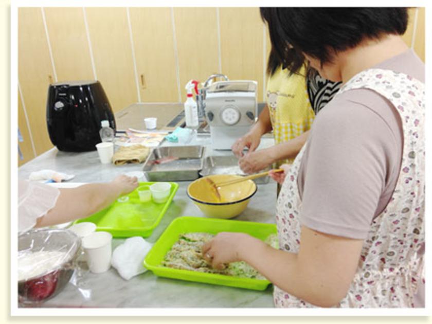 カップケーキが焼き上がる間に、アジのハーブパン粉フライの下ごしらえ。中骨を取ったアジに、ハーブパン粉と卵をまぶします。