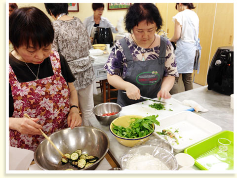 今回は夏野菜のパスタ、ということでズッキーニをマリネして、さっと焼き目をつけてトッピングします。きざんだルッコラも合わせると夏らしいさわやかな味に!
