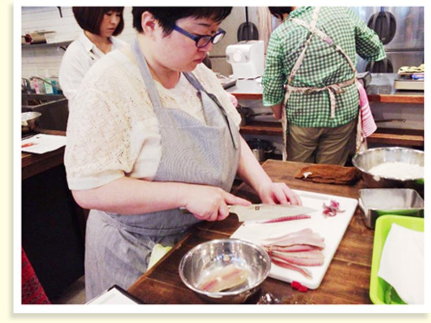 2品目は、「アジのハーブパン粉フライ フレッシュトマトソース仕立て」。まずはアジの中骨を丁寧に取り除きます。見事な包丁さばき!