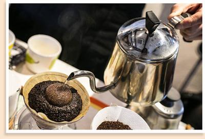 コーヒー豆を選んで、自分だけのオリジナルブレンドをつくりました。さらにミルで豆を挽いて、ハンドドリップによるおいしいコーヒーの淹れ方を体験!