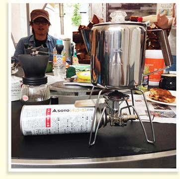 バーナーを使って、コーヒーを抽出していきます。ドリッパーやケトルがなくても熱々のコーヒーが淹れられるので、とっても便利!