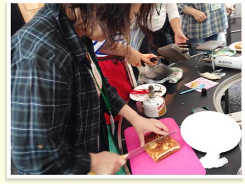 コーヒーを淹れている間に、サンドイッチが焼きあがりました。食べやすい大きさに切り分ければ…