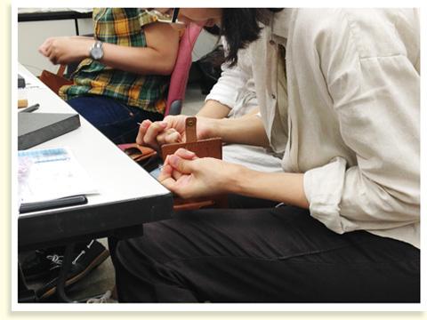 ロウ引きされた糸の色を選んで、いよいよ縫いはじめます。2色の糸を場所によって縫い分ける方もいらっしゃいました。