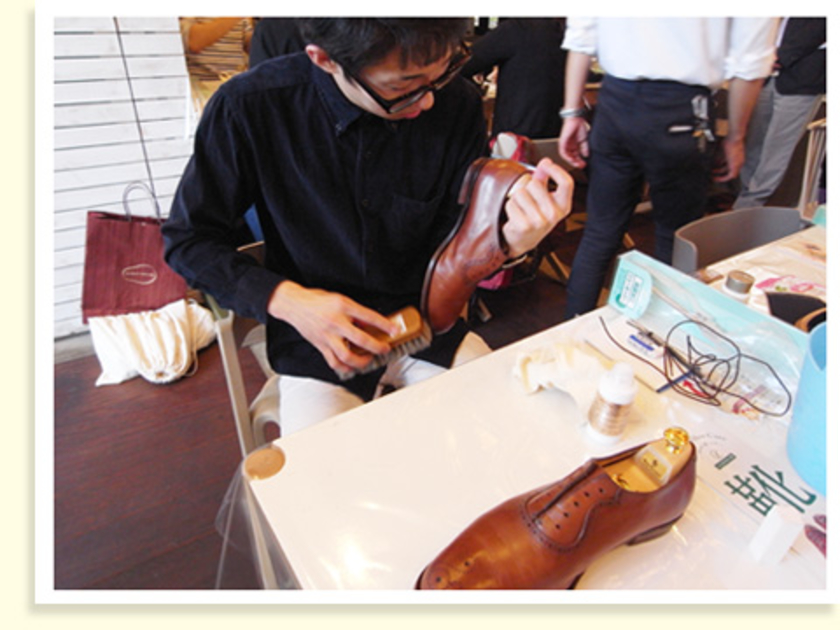 まずは靴にシューツリー(シューキーパー)を入れ、ホコリや汚れを払うように全体にブラシをかけます。ホコリが靴の乾燥を早めてしまうそうです。この時のブラシは、やわらかめの馬毛ブラシを使います。