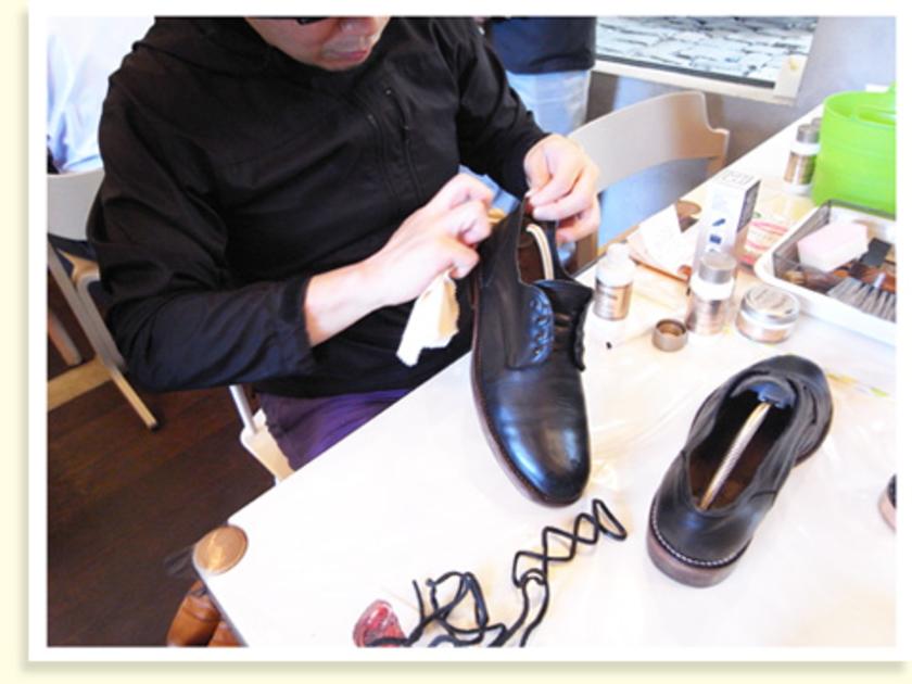 クリーナーを布に取り、表面をなでるようにつま先~かかと、かかと~つま先へと、靴に残っているワックスやクリームを拭き取ります。靴ひももほどいて、きちんとクリーニングしました。