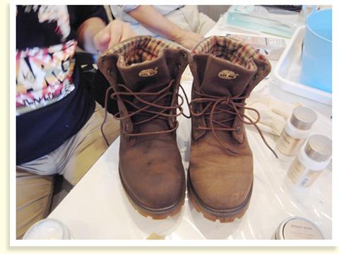 スウェードの靴には、クリームの代わりにスプレーで栄養ミストをかけます。かさついた革もしっとりと仕上がり、新品のようによみがえりました。向かって右がbefore、左がafter。