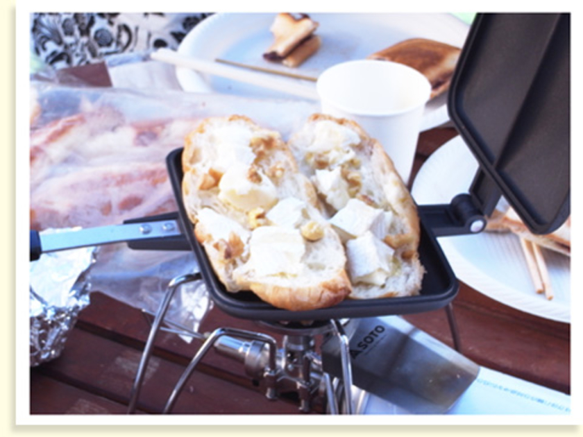 続いてクロワッサンのホットサンド。具材にはチーズとナッツ、はちみつもかけました。