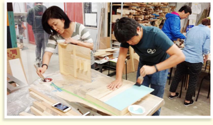 続いて天板をペイントします。厚塗りの方、薄く塗り木目を活かす方など同じ色でも特徴が出ていました。