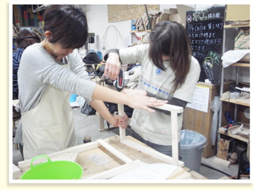 塗装した脚部分を組み立てます。みなさん協力しながら、作業を進めていきます。