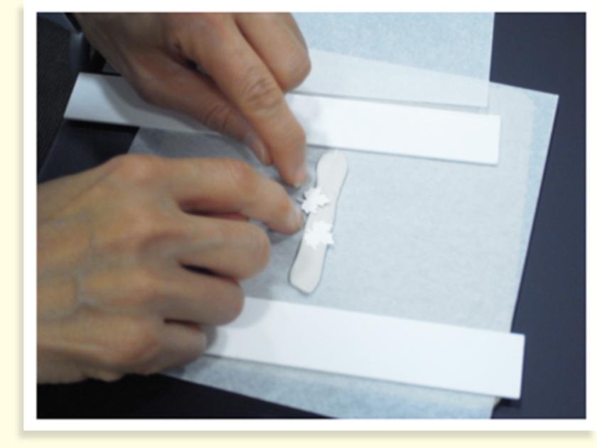 銀粘土を練って棒状にしたあと、ローラーを転がして平らにならします。乾きやすいので水でしめらせながら伸ばしていくのがポイント!