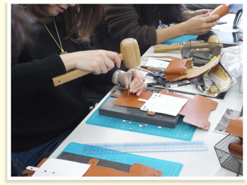 まずは、カメラポーチのかぶせ(カバーの部分)のデザインを考えて型紙をつくります。型紙を革に写して抜き型で抜いたり、刻印でイニシャルを付けたりとお好みのデザインにしています。