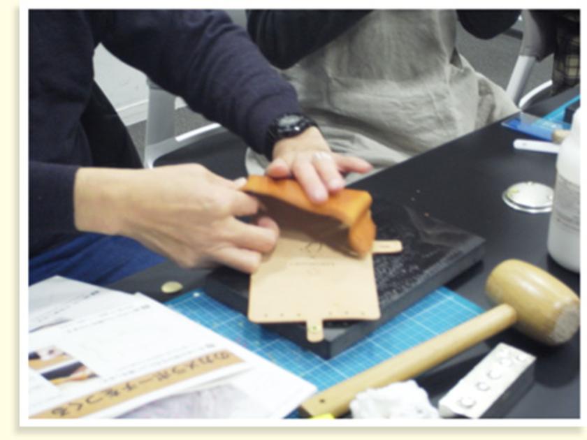 コバ磨きの後は、縫い代にゴムのりを付けて貼り合わせます。カメラポーチの形が見えてきましたね。