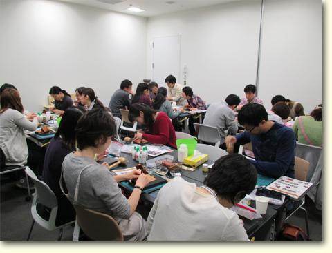 渋谷ヒカリエ・MOVが会場です。土平先生のほか、各テーブルに一人ずつ講師の方がついてくれます。
