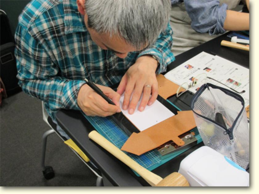 革に銀ペンで印を付けています。手芸で言えばチャコペンみたいなモノです。