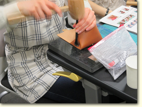 4本菱目打ちと木槌で縫い穴を開けます。こちらも垂直に打ち込まないと、表と裏とで穴位置がズレてしまいます。