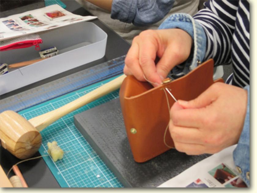いよいよ縫い合わせです。1本の糸の両端に針をつけて、縫い穴の左右から同時に刺して縫う、ダブルステッチという方法です。