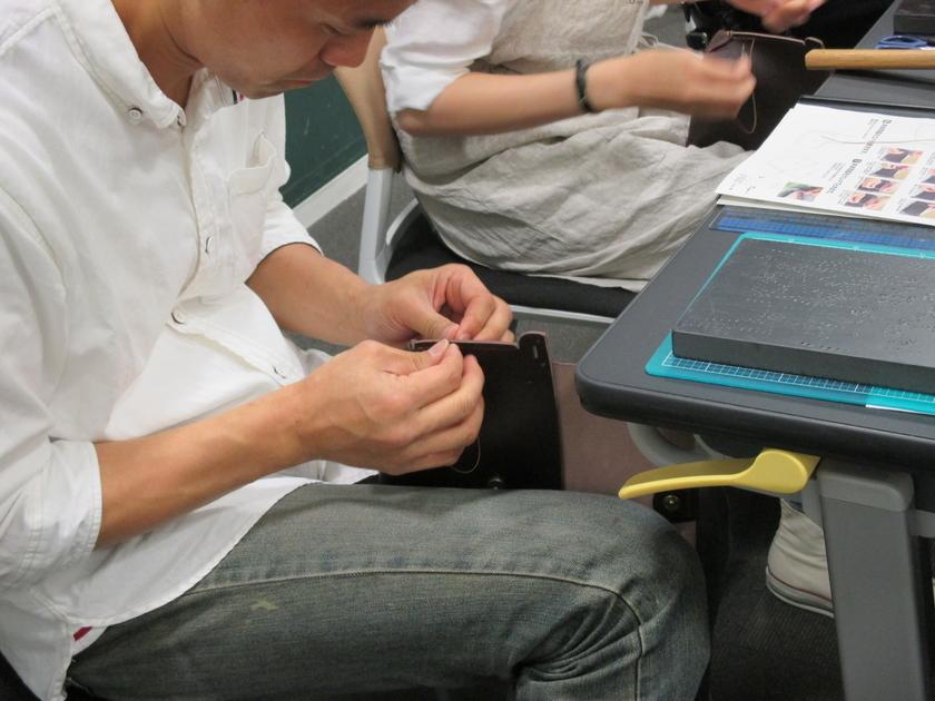 バッグのはじは「ダブルステッチ」という糸の両側に針を通して両手で縫う方法で縫っていきます。