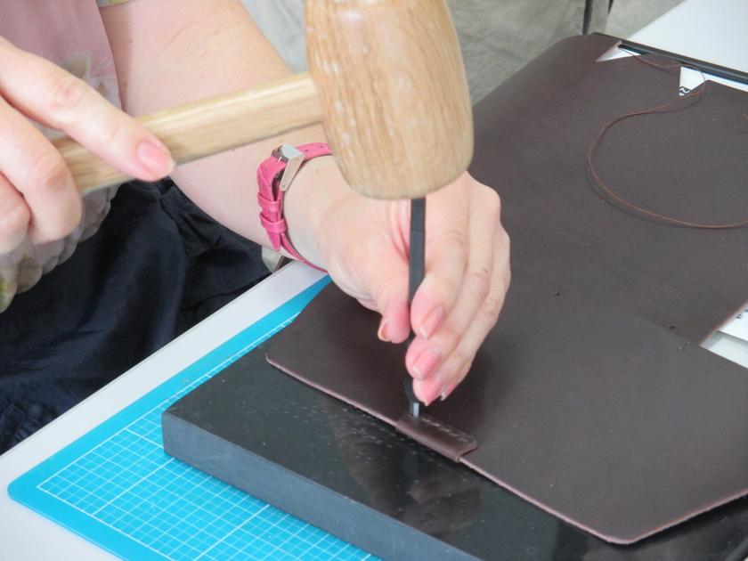 これはパーツを縫い付けるための穴を「菱目打ち」であけているところ。パーツは糸の他に「カシメ」などでもとめていきます。