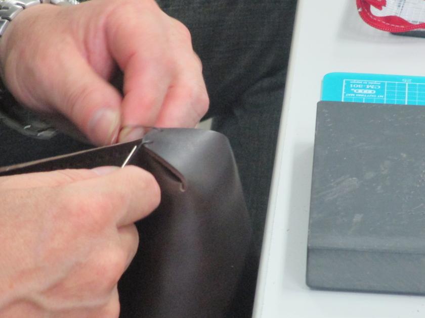 そして今回のポイント!土平先生が革の型や縫い方を工夫してくださり、縫っていくだけで底のマチ部分がきゅっとできあがります。