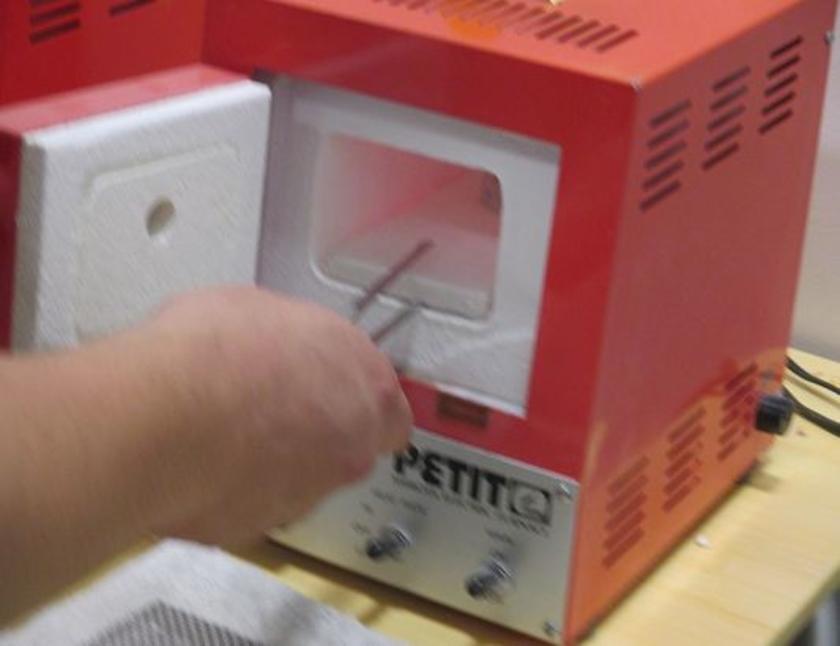 棒から取り外して形を整えたら、いよいよ焼成。800℃にもなる電気炉で約5分間焼きます。