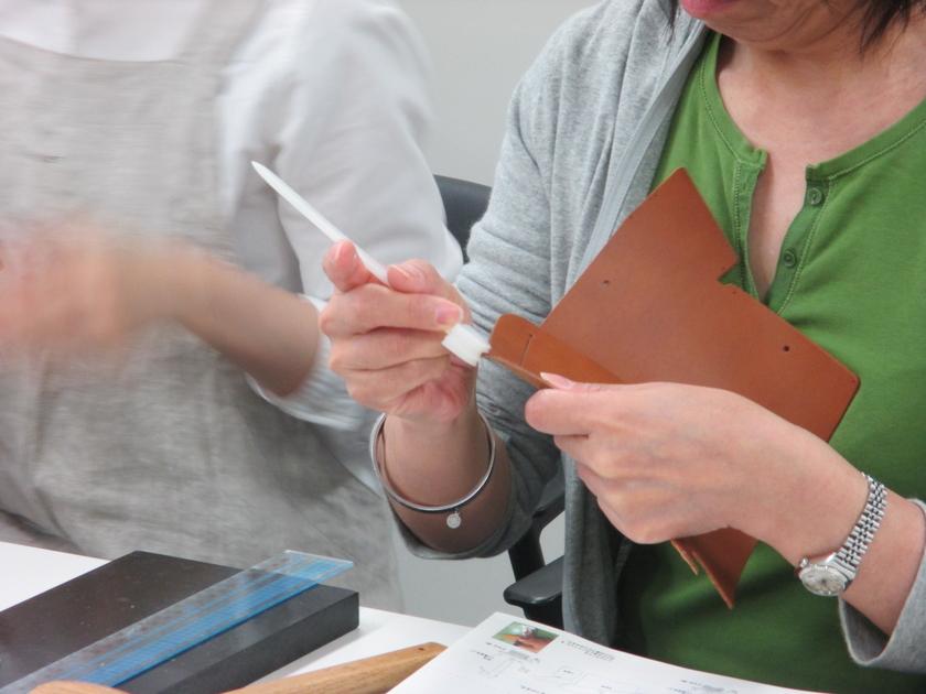 まずは革のへりをきれいに磨く「コバ磨き」。地味な作業ですが、意外と没頭できる工程です。