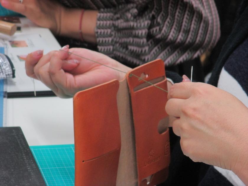 いよいよ形ができてくる「縫う」工程です。糸の色は5色ご用意した中から好きなものをお選びいただきました。