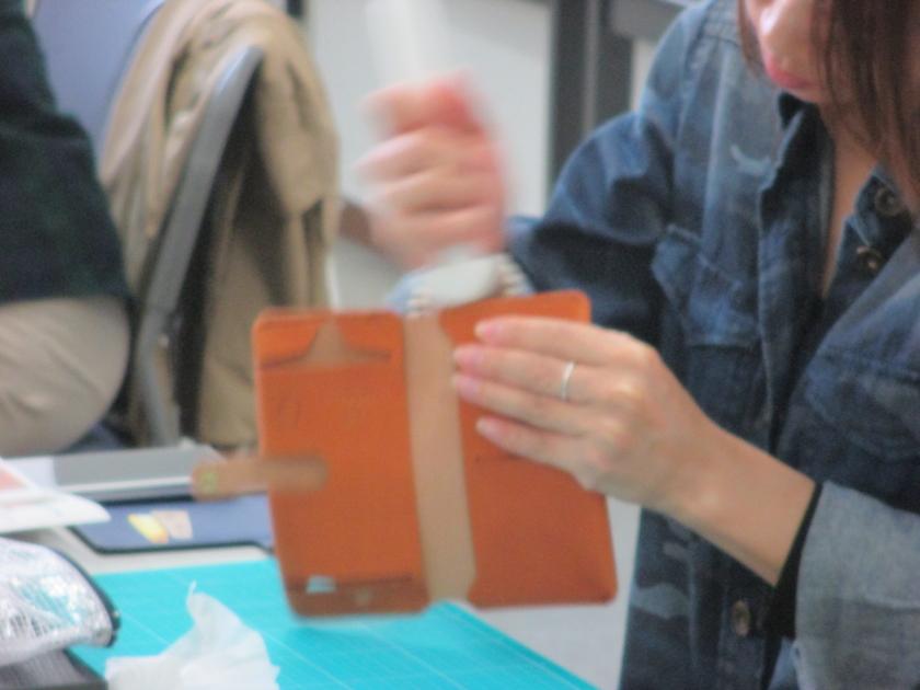 最後に、縫い合わせた部分のコバを磨いたら…