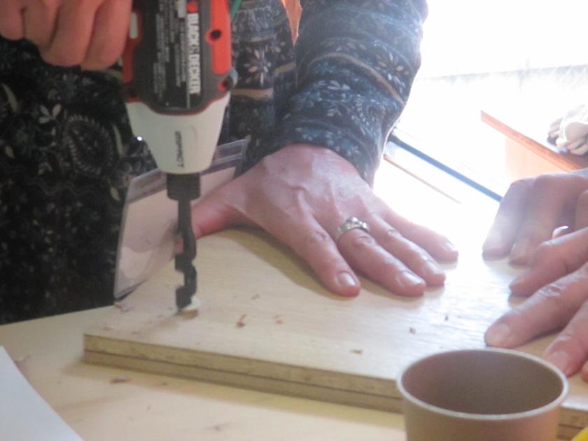 そして今回の体験会の肝、木栓の工程です。まずはドリルの先を替えて、木栓用の下穴を開けます。