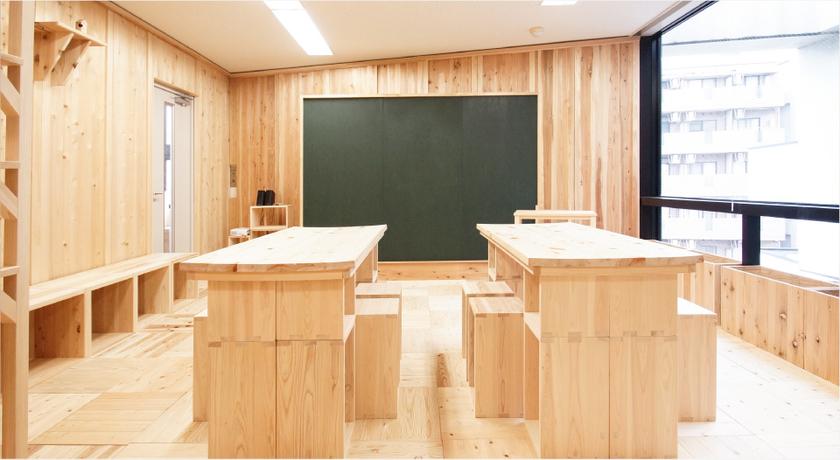 床や壁、棚、イスにいたるまで、内装すべてに東京で育った木材(すぎ、ひのき、さわら、もみ)を使っているまさに木工ワークショップにうってつけの会場です。