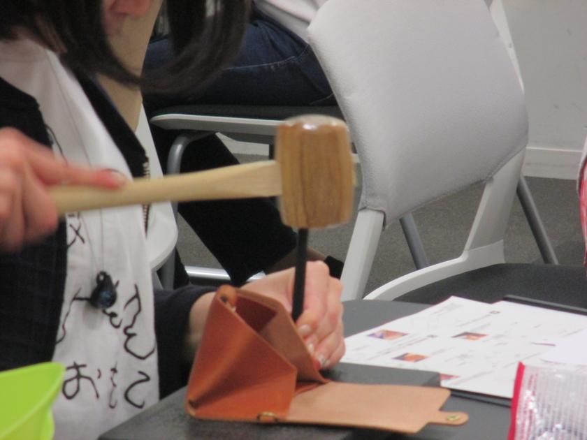 ホックをつけたら、次はいよいよ「縫い」の工程です。先ずは革を重ねて、糸を通す穴を開けます。