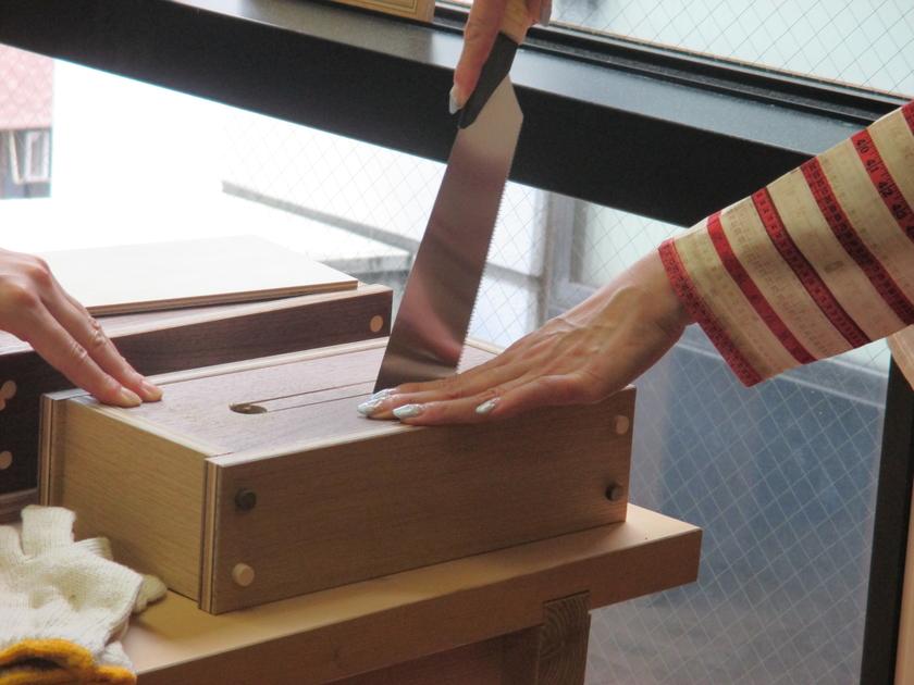 木栓はボンドが乾くまで少し時間がかかります。その間にティッシュの取り出し口をノコギリで切り出し。