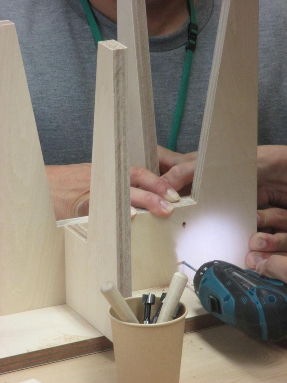 当て木を使って穴あけの位置決めをしてから、電動ドリルで慎重に下穴をあけて行きます。