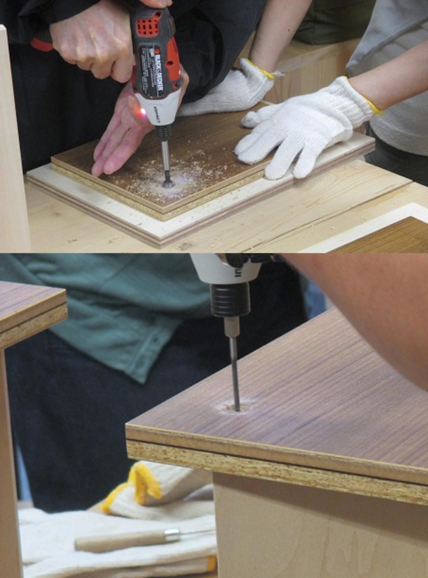 次は木栓を打ち込むための穴あけ工程です。天板と脚は木ねじで固定しますが、その際、ねじ頭が天板に露出しないように木栓で目隠をします。ドリルのビットを交換して、木栓用の大きめの下穴を開けます。次に木ねじ固定用の下穴を開けます。
