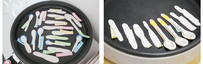次に、ホットプレートを使って、粘土を乾燥させます。※自分のものがわかるように名前の付箋を貼っています。