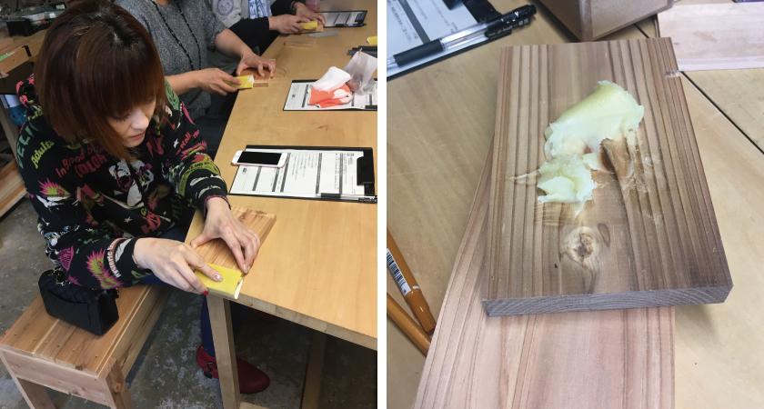 木の板はサンドペーパーでなめらかにし、蜜蝋をすり込んで磨きます。