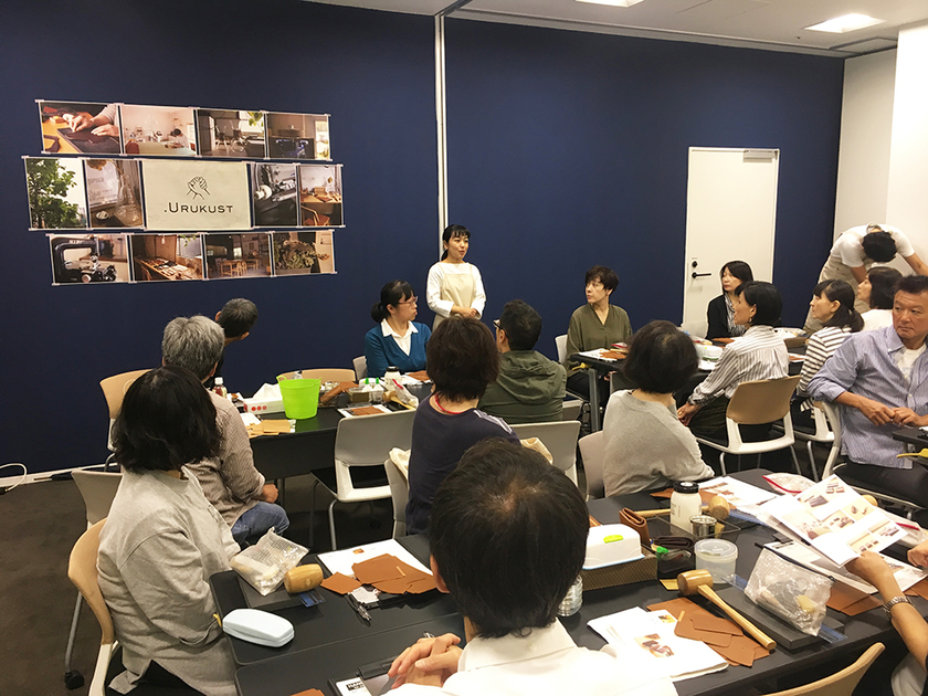 土平さんの革の説明もあり、各テーブル和気あいあいとした雰囲気で、作業を進めていきます。<東京会場の様子>