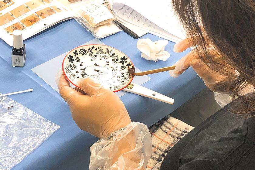 練ったご飯に透漆、刻苧綿(こくそわた)、木粉を混ぜ合わせます。漆の量は、麦漆の時と同じくらいの量です。よく練り合わせたら、刻苧漆の完成です。