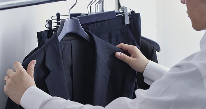 แปรงสำหรับดูแลรักษาเสื้อผ้าสไตล์ตะวันตกและไม้แขวนเสื้อ ที่เราภูมิใจนำเสนอสำหรับคนวัยทำงานที่กำลังกลัดกลุ้มใจเรื่อง【การดูแลรักษาเสื้อสูท】